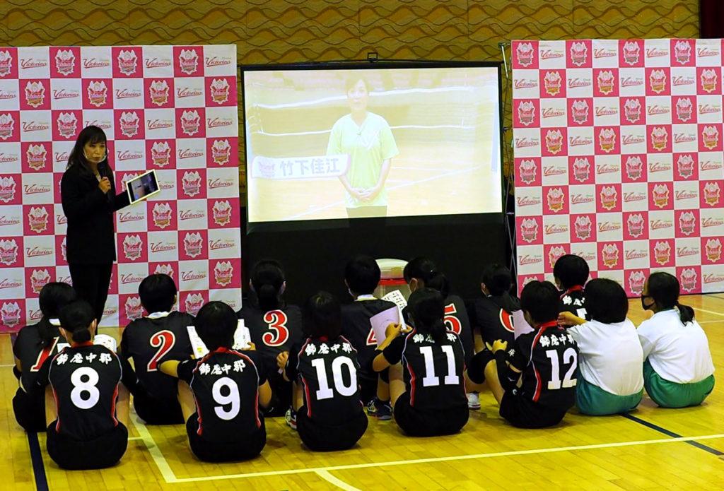 ヴィクトリーナ姫路が制作した 『動画でまなぶ  バレーボールノート』 の発表会と贈呈式を行いました